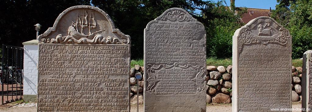 prechende Grabsteine auf dem Friedhof der St. Clemens-Kirche in Nebel auf Amrum